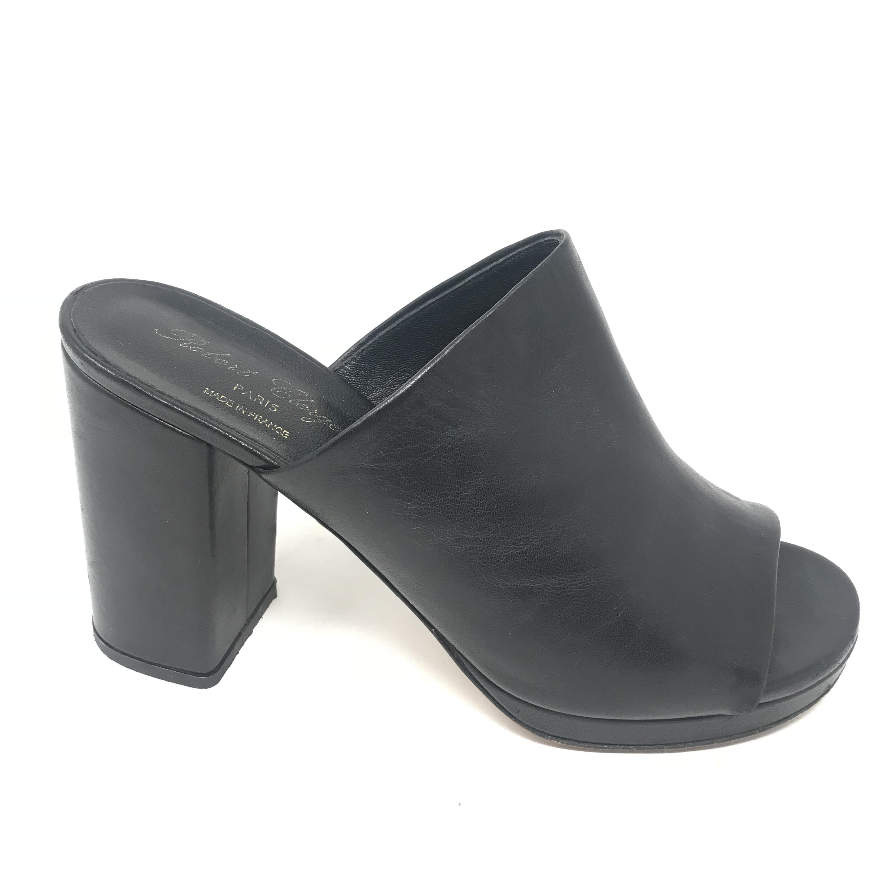 Robert Shoes Price: $98.99